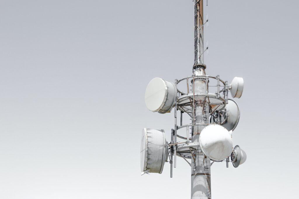 Tour de télécommunication à Sherbrooke qui a besoin d'un élagage